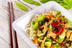Noodles_with_pork_and_vegetables_in_plum_sauce_xs.jpg